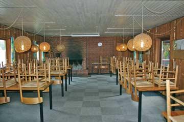 großer Speise- und Aufenthaltsraum mit offenem Kamin