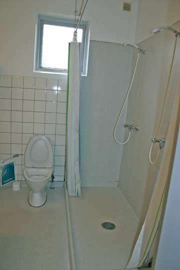 Badezimmer mit 2 Duschen und 1 WC