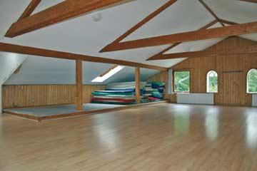 großer Saal mit Matratzen für ca. 40 Personen
