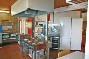 Die sehr gut ausgestattete Gruppenküche mit Elektroherd und 2 Kühlschränken