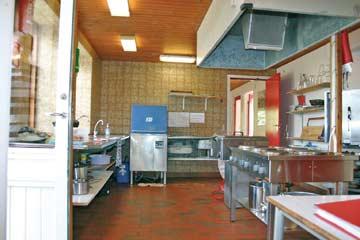 Die sehr gut ausgestattete Gruppenküche mit Elektroherd und Industrriespülmaschine