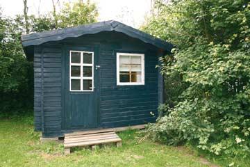 Kleines Blockhaus mit Schlafmöglichkeit