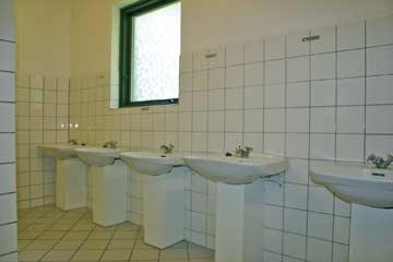 einer der beiden großen Sanitärräume im EG
