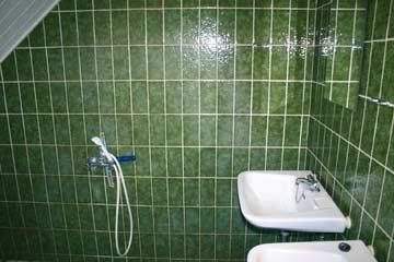 Bad mit 2 Waschbecken, Dusche und WC im DG