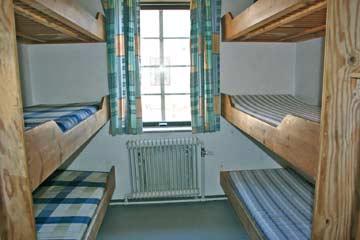 eines der zehn 6-Bett-Zimmer im EG
