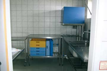 Die Spülküche mit Industriespülmaschine