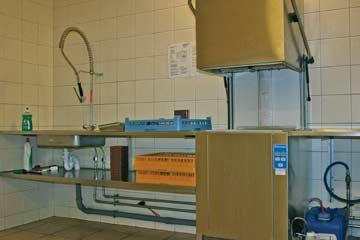Spülküche mit Industrie-Geschirrspüler