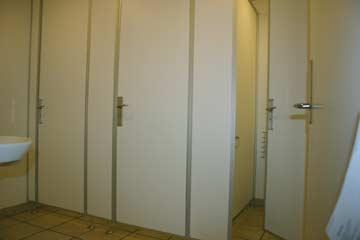 einer der zwei Toilettenräume mit 3 WC
