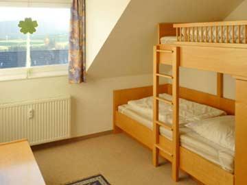 Schlafzimmer mit Etagenbett im DG