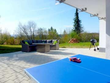Terrasse mit Grill und Tischtennis