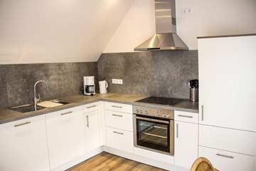 offene, gut ausgestattete Küche