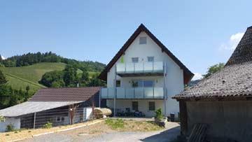 Rückansicht des Hofes: Anbau mit der Ferienwohnung im DG oberer Balkon)