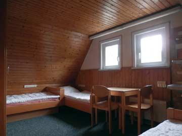 eines der beiden 3-Bett-Zimmer im DG