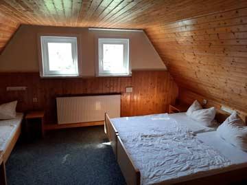 3-Bett-Zimmer im DG mit Einzelbetten