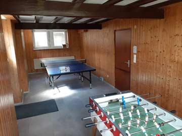 Nebenraum mit Tischtennis und Kicker im UG