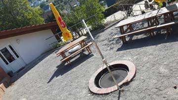 Grillplatz mit Feuerstelle, Schwenkgrill und Sitzplätzen