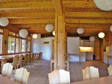 Großer Speise- und Aufenthaltsraum mit offener Küche