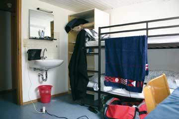 einfache Schlafzimmer mit Etagenbetten
