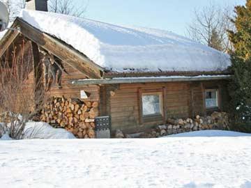 Rückansicht (älterer Teil der Hütte) im Winter