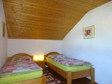Im Schlafzimmer mit Einzelbetten