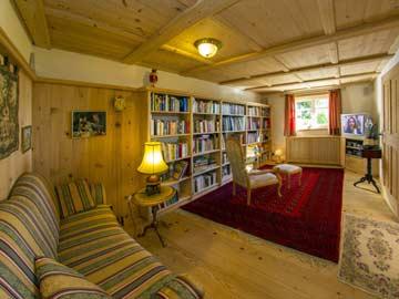 Wohnzimmer mit TV und Leseecke
