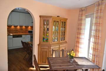 Speise- und Aufenthaltsraum mit Durchgang zur Küche