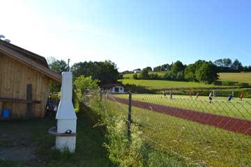 Grillecke mit Blick auf den Fußballplatz