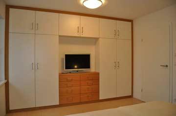 Schlafzimmer 1 mit Doppelbett + TV im EG