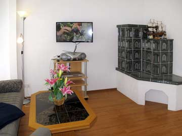 Elektrischer Kachelofen im Wohn-/ Esszimmer