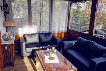 Wintergarten mit Sitzgelegenheiten