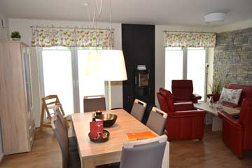 Blick in das Wohnzimmer mit Esstisch