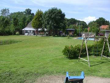 Großer Außenbereich mit Spielplatz