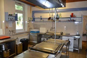 gut ausgestattete Edelstahlküche mit Kippbratpfanne und Spülmaschine