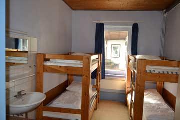 4-Bett-Zimmer mit fl. Wasser und Kleiderschrank