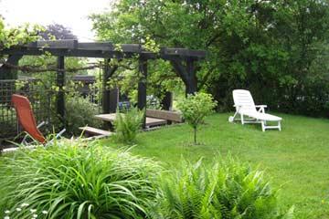 Garten mit Liegestühlen