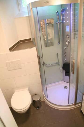 Moderne Dusche im EG