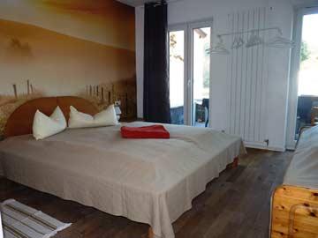 das Schlafzimmer im EG mit Doppel, Einzel- und Zustellbett