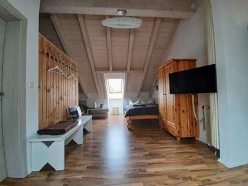 das große Schlafzimmer im DG für 7-8 Personen
