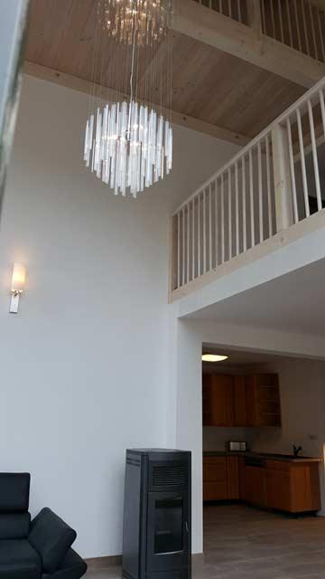 offen gestaltetes Wohn-/ Esszimmer mit Galerien