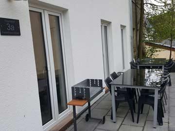Terrasse mit Grill vor dem Haus