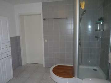 großes Badezimmer im Seitenflügel