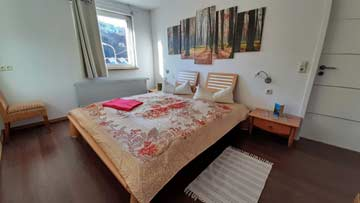 das 2-Bett-Zimmer im Seitenflügel