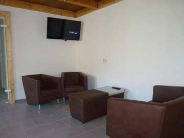 Loungebereich mit TV im Anbau