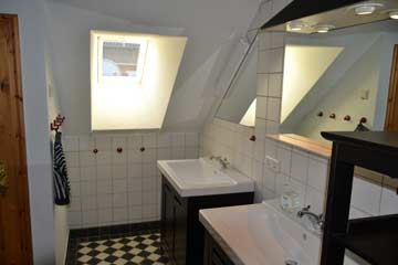 Bad mit 2 Waschbecken, Dusche, WC und Fußbodenheizung