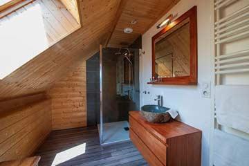 eines der insg. 5 Badezimmer