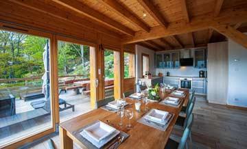 Wohn-/ Esszimmer mit Blick zur offenen Küche