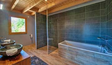 alle Badezimmer mit Dusche und Badewanne