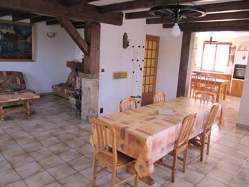 Großer Wohnraum mit Esstisch, Sofas und Zugang zur Küche
