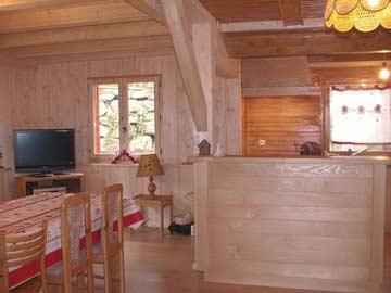 Wohnraum mit Esstisch, Küche und TV