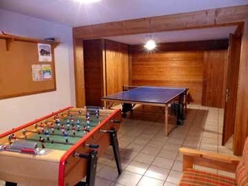 Spielzimmer mit Tischkicker und Tischtennisplatte